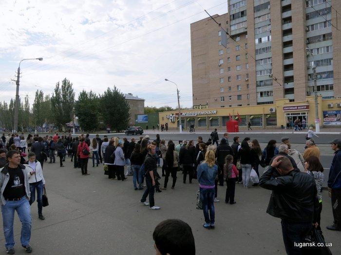 Луганчане ждут общественный транспорт на остановке. 16 октября 2012 г.