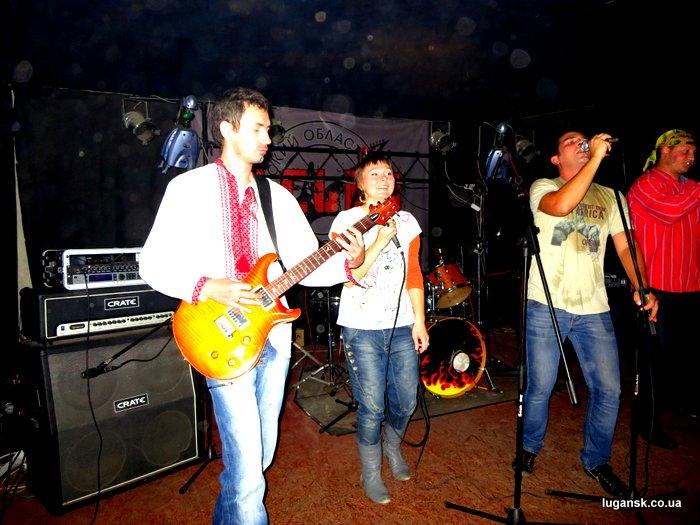 Музыканты группы Апрель из Луганска на сцене R-Club.