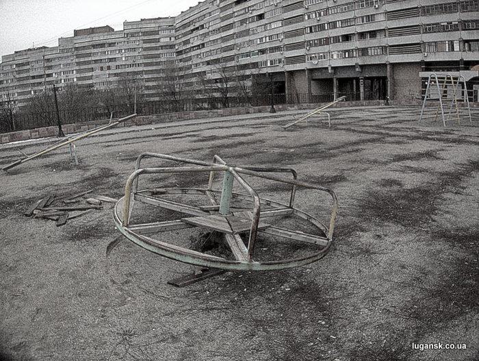 Детская площадка напротив горсовета, Луганск.