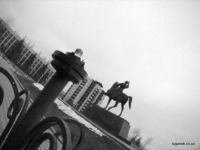 Разбитые плафоны у памятника Ворошилову, Луганск.
