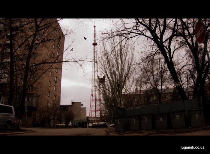 Вид на телебашню в Луганске со двора.