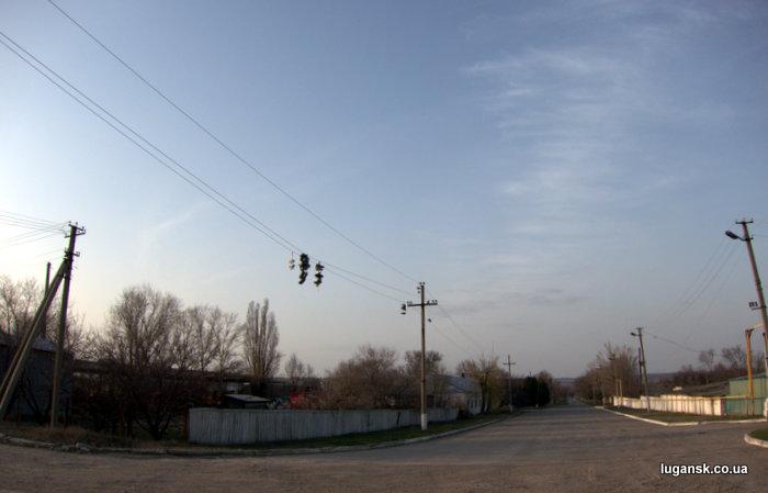 Заброшенная на провода обувь. Учхоз, Луганск.