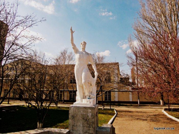 Старый ЖД вокзал, Луганск, памятник.