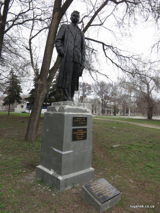 Памятник Максиму Горькому в одноименном парке в Луганске.