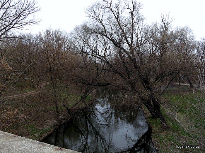Вид с бетонного моста через р. Лугань в парке Горького, Луганск.