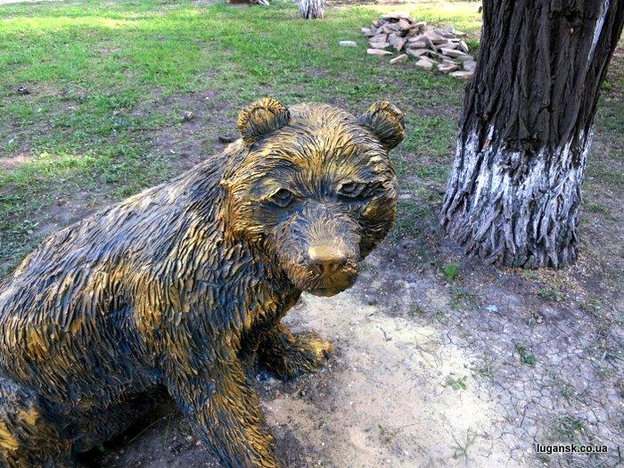 Скульптура медведи в Луганске на территории детской областной больницы.