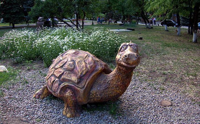 Черепаха, скульптура в Луганске.