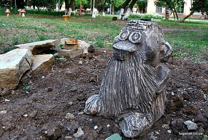 Домовой, скульптура в Луганске.