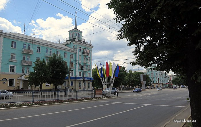Странные флаги в центре Луганска.