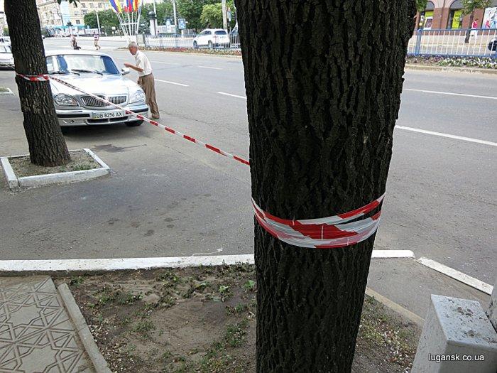 Все парковки в Луганске были заблокированы сигнальными лентами.