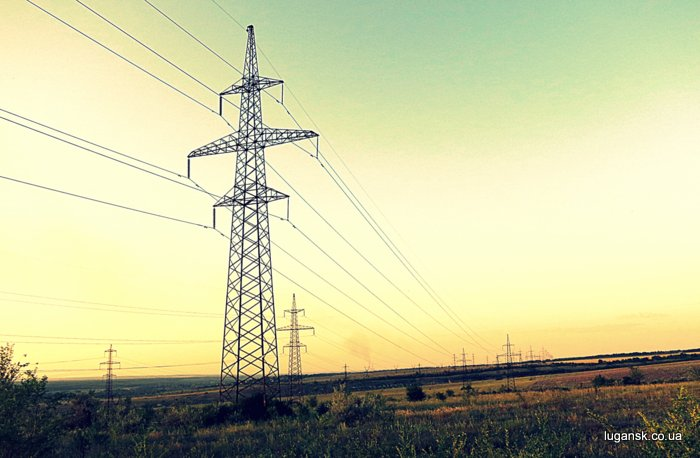 Опоры и линии электропередачи.