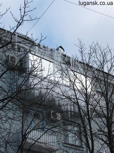 Сосульки-убийцы. пл. Героев ВОВ. Луганск. Конец Февраля 2009
