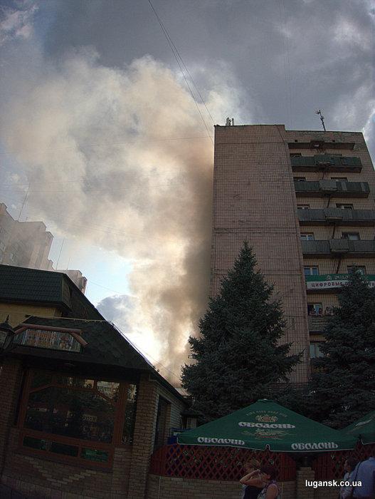 Пожар в центре Луганска 9 иоля 2013 г. у здания общежития медработников на ул. Оборонная, 1.