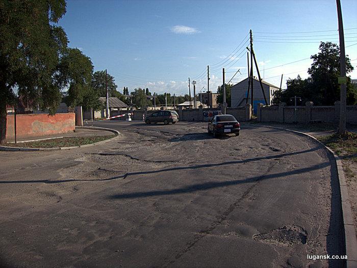Дорога на ул. Кирова перед жд перездом в Луганске.