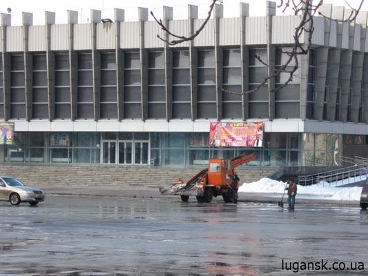 Уборка снега. Театральная площадь.  Конец Февраля 2009