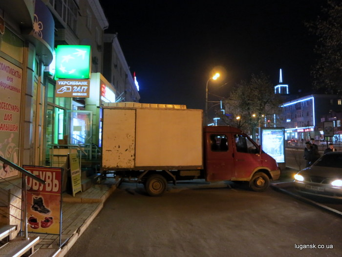Грузовая газель полностью перекрыла тротуар на ул. Советской в Луганске.