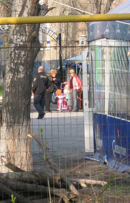 """Женщина на КПП """"Юбилейного парка"""" рассказывает по чем вход..."""