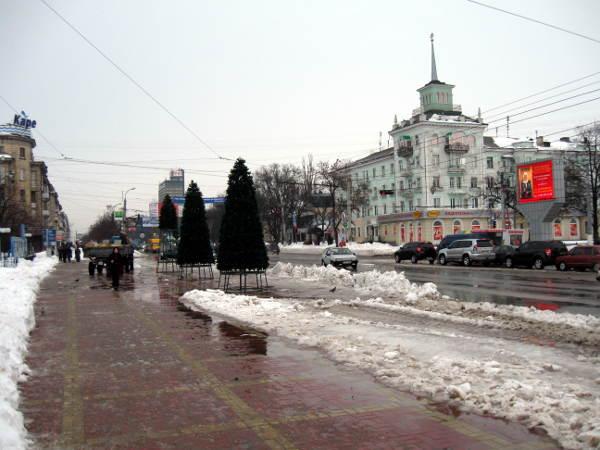 21 декабря 2009 в Луганске. Мэрия устанавливает елки, а снег лежит.