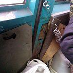 Разломанная задняя дверь в маршрутке. Луганск