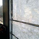 Разбитое стекло, заклеено полиэтиленовой пленкой и скотчем  в луганской маршрутке.