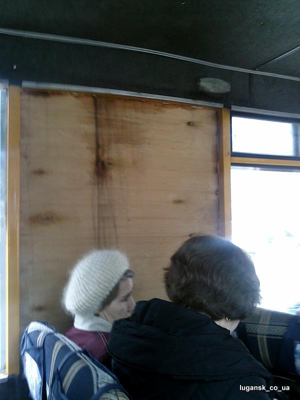 Фанерка вместо стекла в Луганской маршрутке.