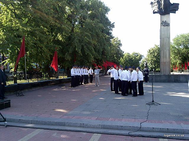 Красные флаги в Луганске