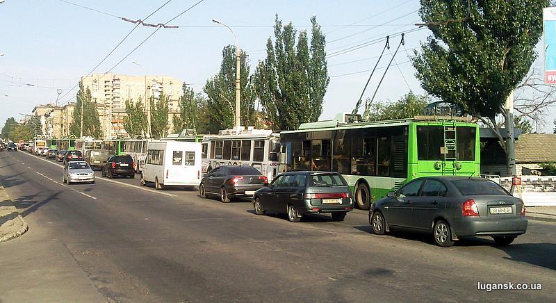 """В результате ДТП в Луганске на ул. Леннина троллейбусы выстроились от """"Пархоменко"""" до """"Старта"""" в количестве 13 штук."""