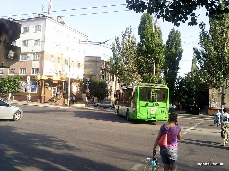 """Троллейбус разворачивается на """"Динамо"""" из ДТП на ул. Ленина в Луганске."""