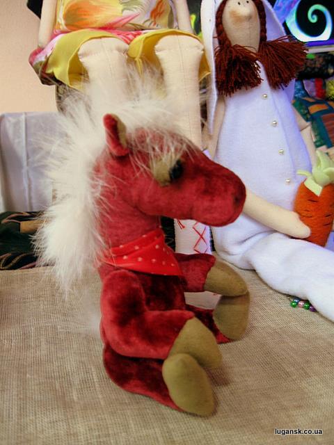 Этот конь умет седеть и стоять. Кукла ручной работы