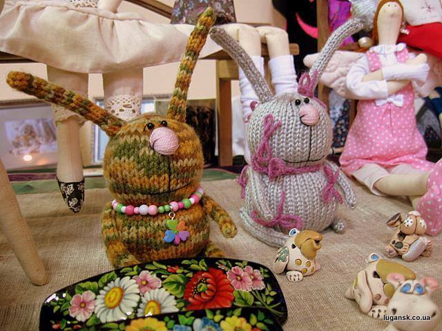 Вязаные зайцы. Куклы ручной работы