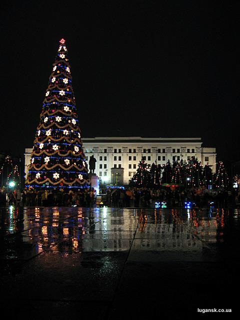 Новогоднюю елку в Луганске поливал новогодний дождь. Все равно какая-то кривая.