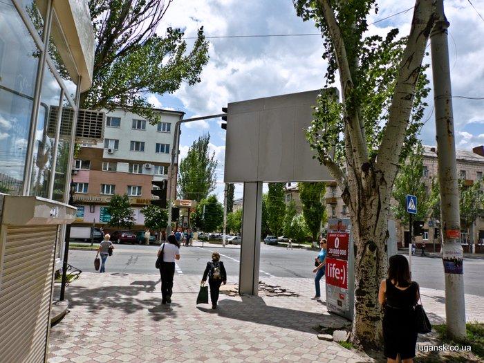 ул. Советская, Луганск, установлен рекламный носитель напротив пешеходного перехода