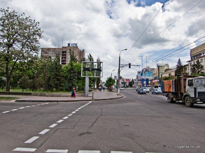 ул. Советская, Луганск, рекламный носитель на тротуаре