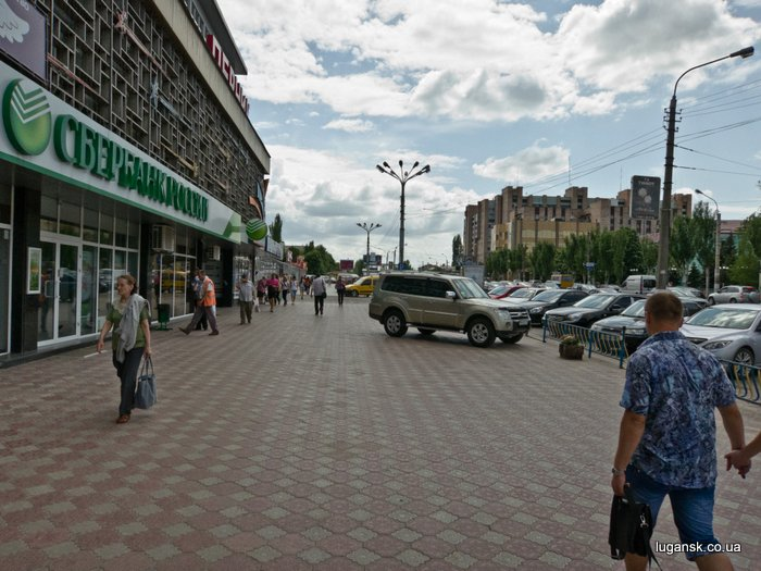 ул. Оборонная, Луганск, парковка на тротуаре