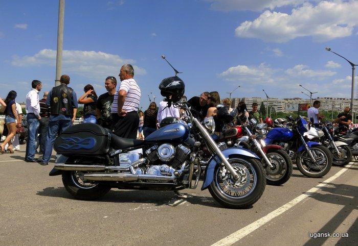 Мотоциклы, сбор колонны байкеров на эстакаде жд вокзала, Луганск.