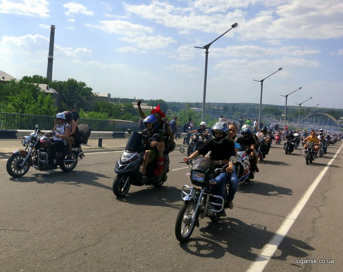 Колонна байкеров стартовала, эстакада Луганск.