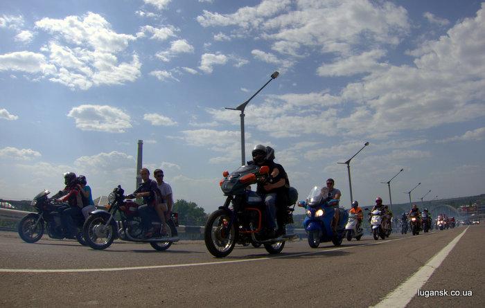Колонна байкеров стартовала с эстакады, Луганск.